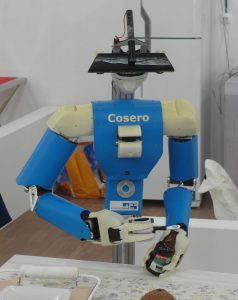 @Home-Liga: Roboter Cosero des teams NimbRo (Uni Bonn) beim Öffnen einer Flasche