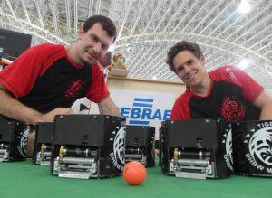 SmallSize-Liga-Roboter des Teams Tigers Mannheim, Teammitglieder Nicolai_Ommer (links) und Malte Jauer (rechts)